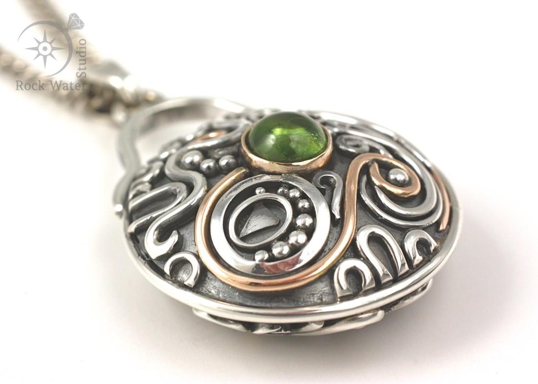 Peridot compass necklace (g257)