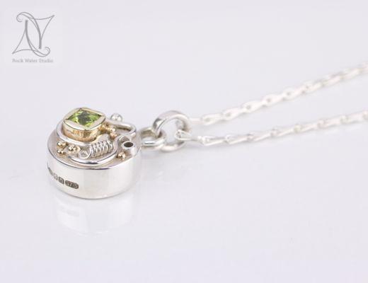 peridot talisman compass pendant on silver chain (g412)